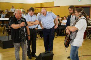Udo Dirkschneider mit Bundeswehrkorps, Foto: Roland Alpers