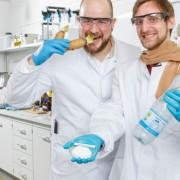 Nylonstrümpfe und Plastikflaschen aus Biomüll