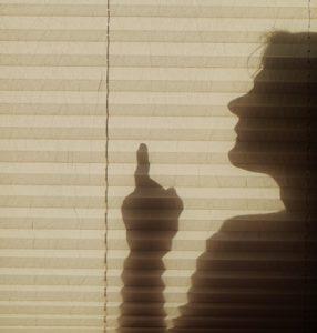 Frau mit erhobenem Zeigefinger, Foto: CFalk_pixelio.de