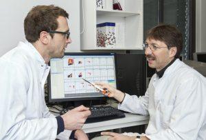 Dr. Veit Buchholz (links) und Prof. Dirk Busch vom Institut für Medizinische Mikrobiologie, Immunologie und Hygiene