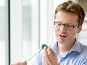 Prof. Mikael Simons erforscht mit seinem Team den Auf- und Abbau von Myelinhüllen, die Nervenfasern umgeben und bei der Multiplen Sklerose zerstört werden. (Bild: A. Eckert / TUM)
